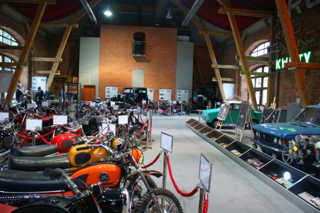 Najazdy ekspozycyjne, gabloty i stojaki wykonane na zamówienie Muzeum Motoryzacji Topacz.