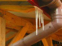 Sople sztucznego lodu z tworzywa sztucznego.
