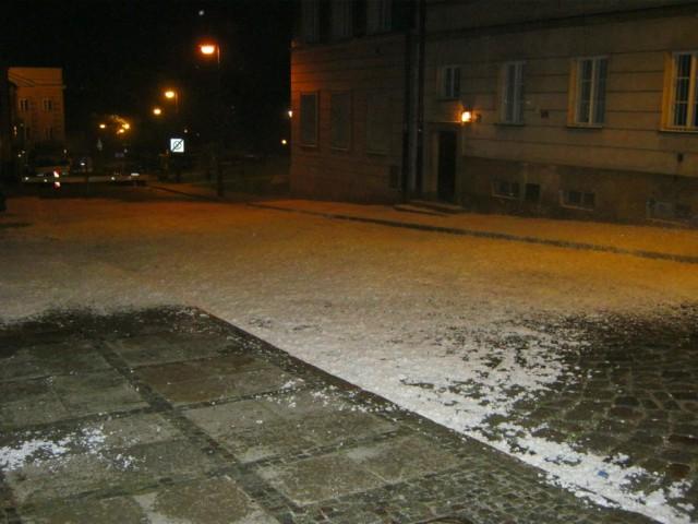 Zimowe efekty specjalne, śnieg na planie reklamy.