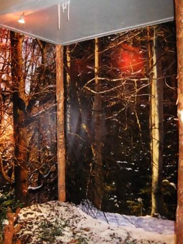Sztuczne sople lodowe użyte do stworzenia zimowej dekoracji wystawy.