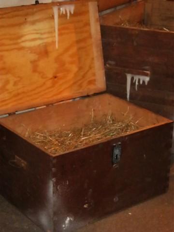 Drewniana skrzynia udekorowana sztucznymi soplami lodu i sztuczny śnieg spray imitujący szron.