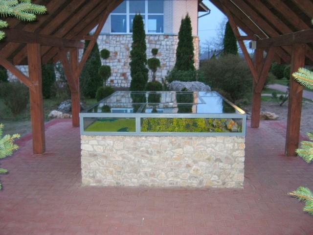 Gablota ekspozycyjna ze szkła bezpiecznego na stalowej konstrukcji w rozmiarze 300 x 200 x 25 cm.