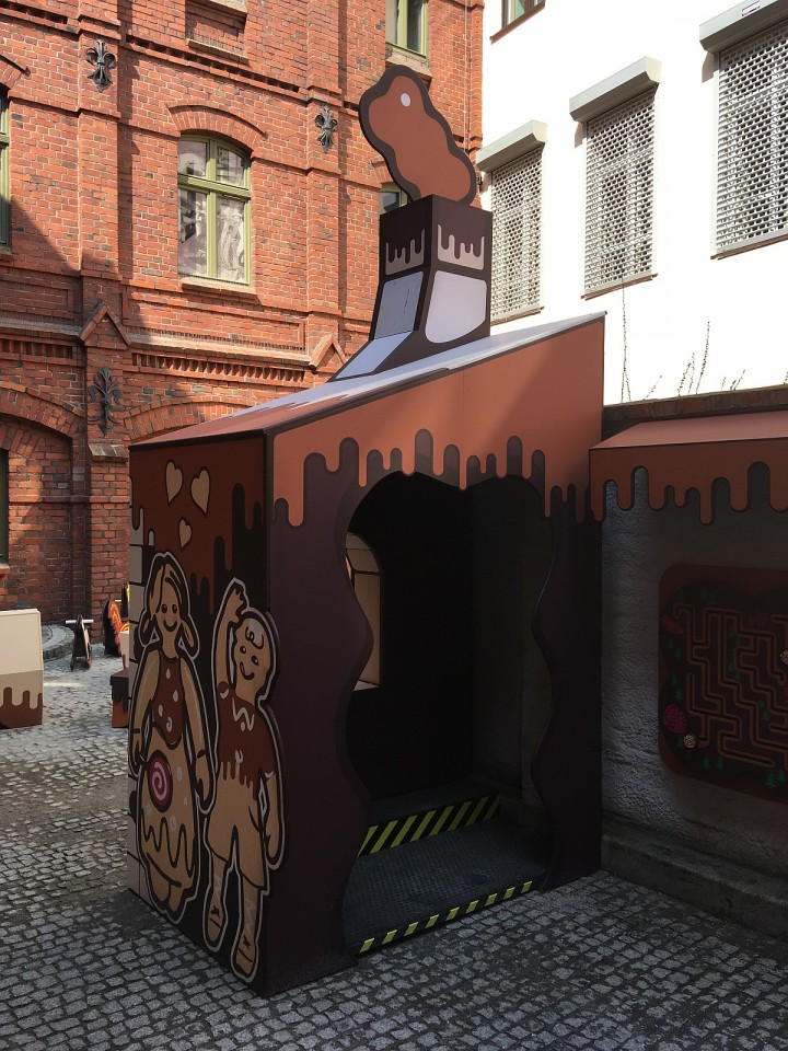 Elements of arrangement of the courtyard of the Torun Gingerbread Museum - photo house.